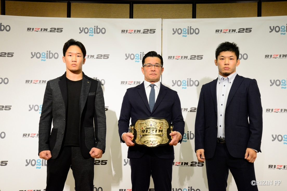 会見場でタイトルマッチ参戦が発表された朝倉未来(左)、斎藤裕(右)、榊原CEO(中央)