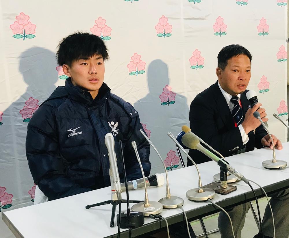 明治大学の田中澄憲監督(右)と福田健太キャプテン