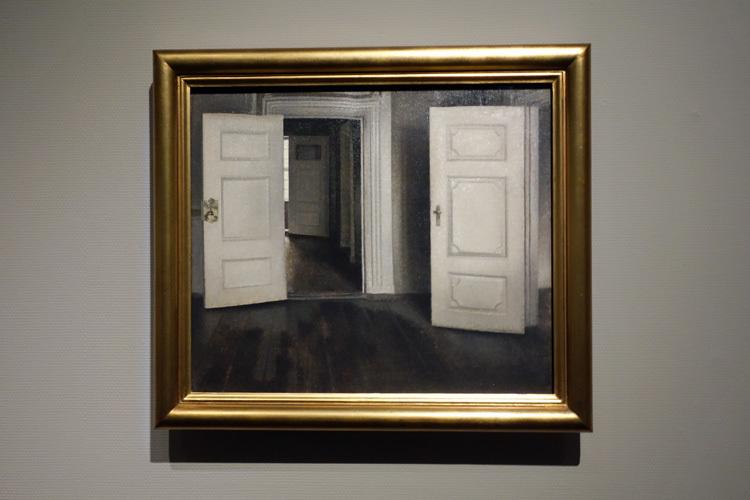 ヴィルヘルム・ハマスホイ《室内─開いた扉、ストランゲーゼ30番地》1905年 デーヴィズ・コレクション