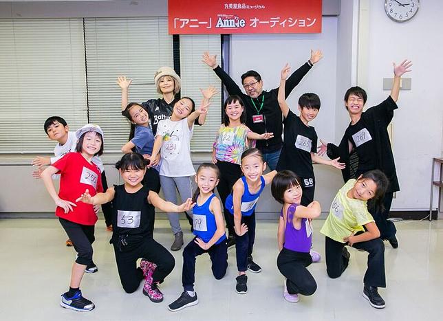 『アニー』2019 ダンスキッズ+山田和也(演出)+広崎うらん(振付・ステージング) (C)NTV