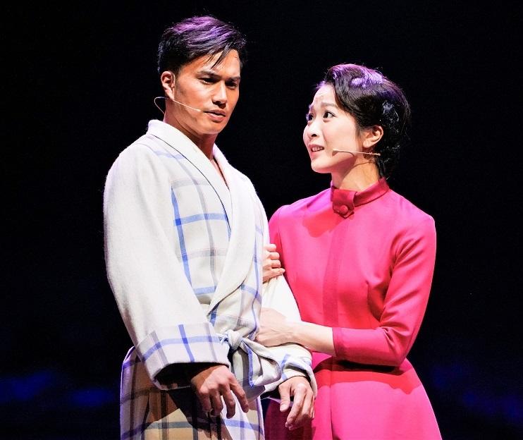渡辺の息子を演じる市原隼人(左)と妻役のMay'n ©引地信彦