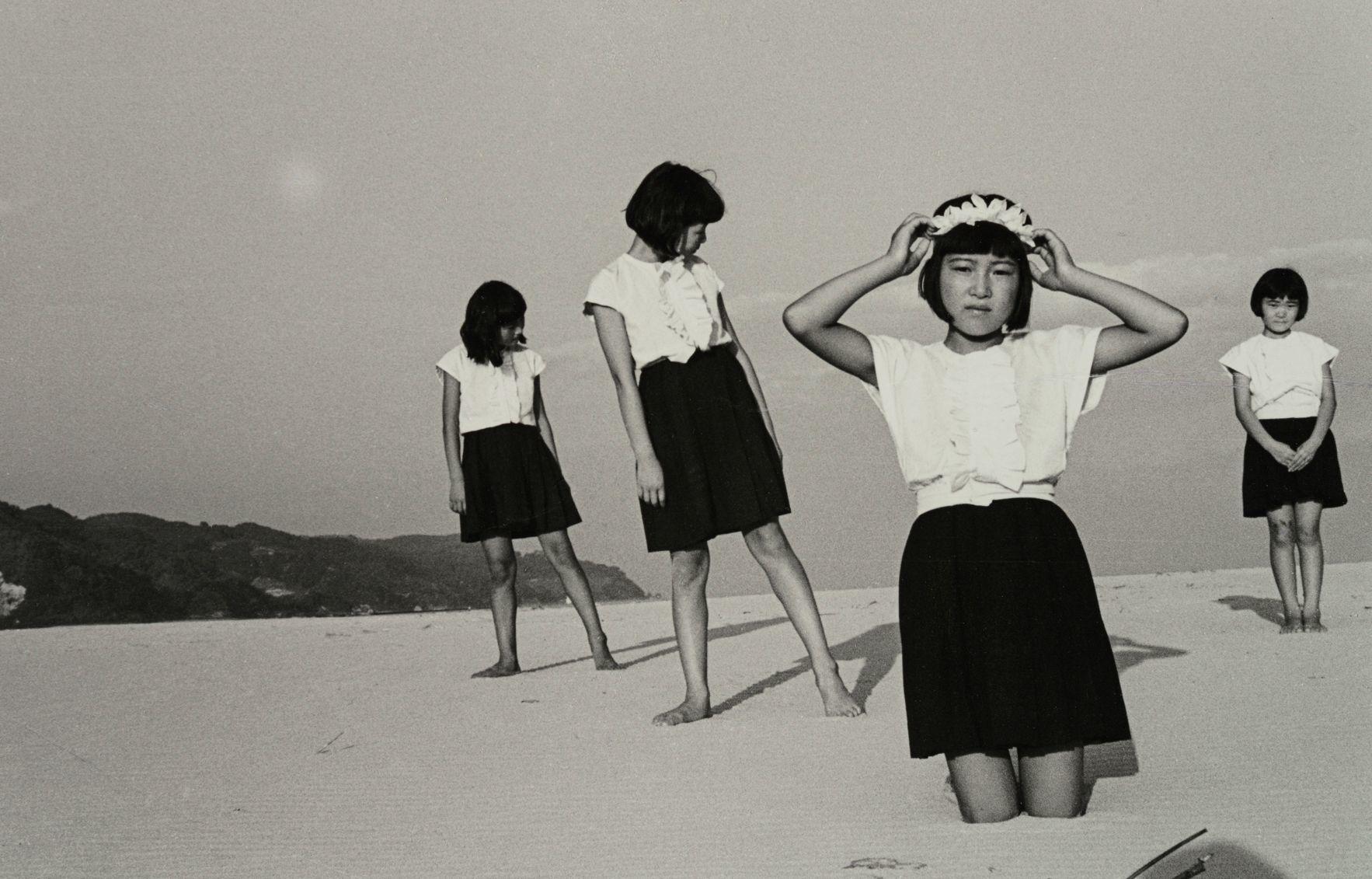 植田正治(日本、1913-2000) 《少女たち》1945年 (C)Shoji Ueda Office