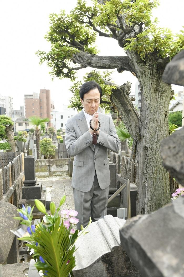坂東玉三郎 妙行寺にて /(C)松竹