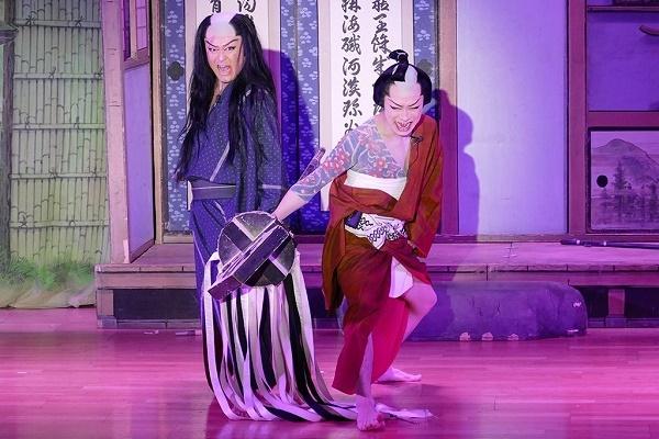 『血染めのまとい』より。六蔵(橘炎鷹座長)と辰五郎(橘鷹勝さん)はめ組の大切なまといを共に握る。※上と同様、劇団炎舞ファンクラブに提供いただいた。