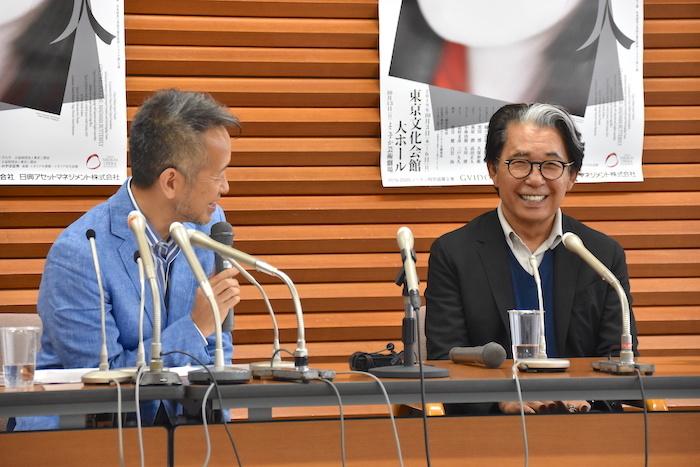 演出家の宮本亜門(左)と衣裳デザイナーの高田賢三