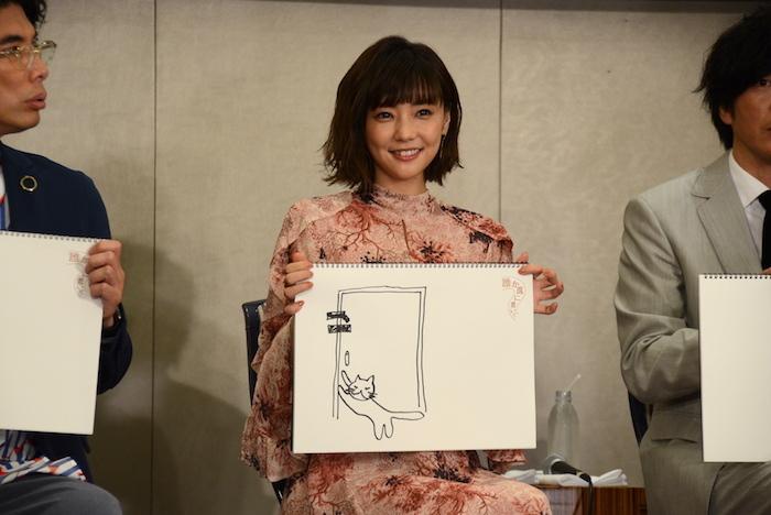 自分で描いた絵を持つ倉科カナ