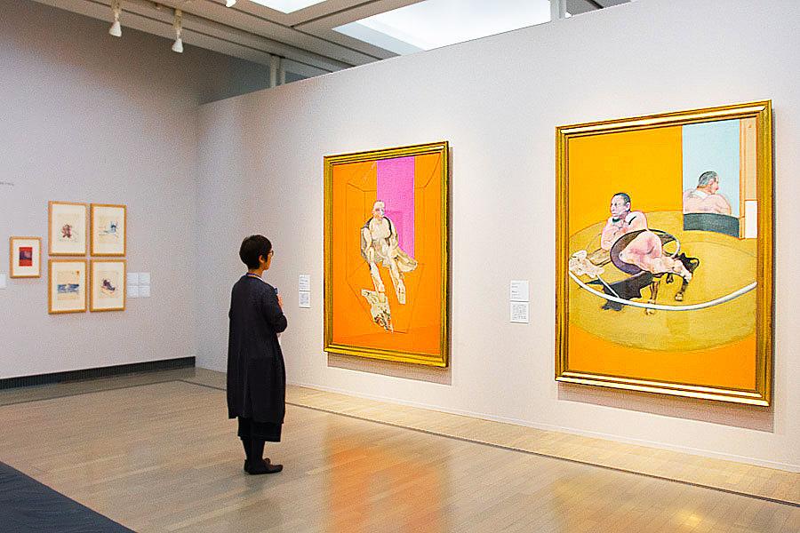 フランシス・ベーコン『横たわる人物』1977年│富山県美術館、『スフィンクスミュリエル・ベルチャーの肖像』1979年│東京国立近代美術館