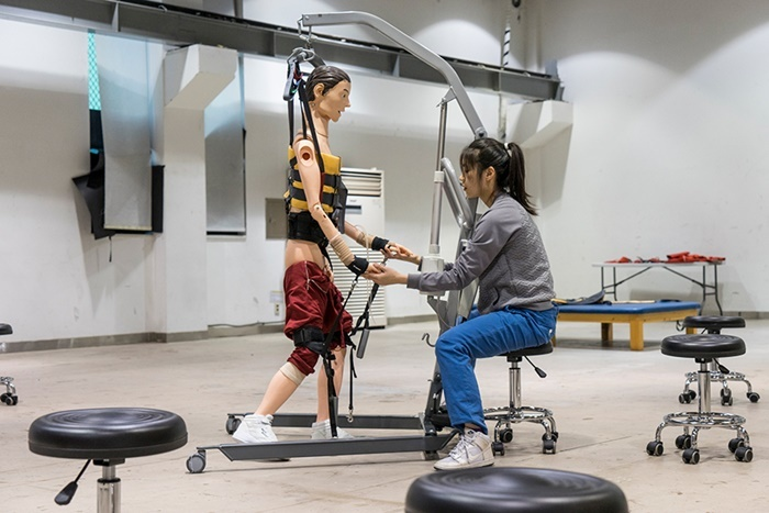 ジョン・グムヒョン『リハビリ トレーニング』 Photo by Mingu Jeong