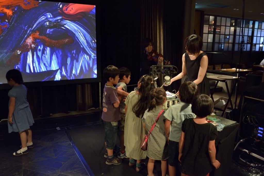 手元のイラストとスクリーンの映像を見比べる子供たち