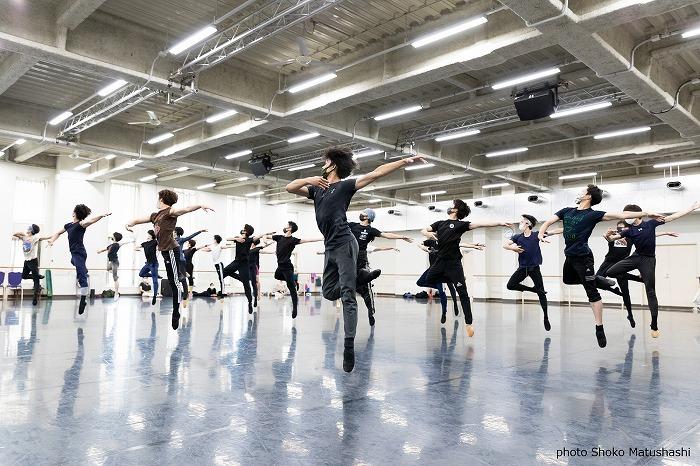 バレエ作品では珍しく、 男性の群舞が活躍