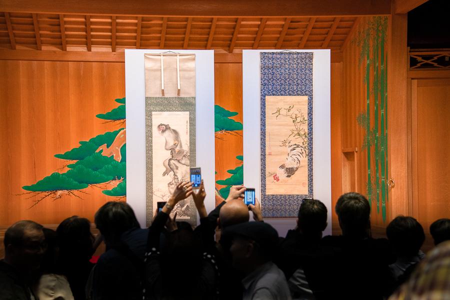 『奇想の系譜展』制作発表会見。会見終了後も、お披露目された作品の前に多くの関係者が集まっていた。