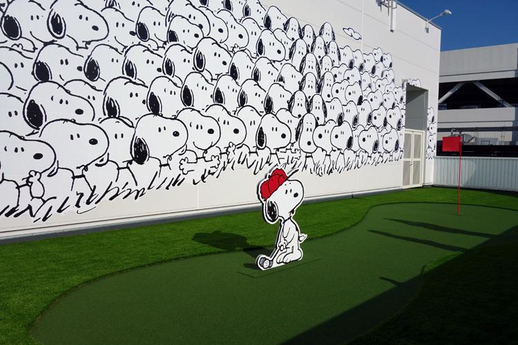 屋上テラスにはスヌーピーと仲間たちがたくさん……! (C) Peanuts Worldwide LLC