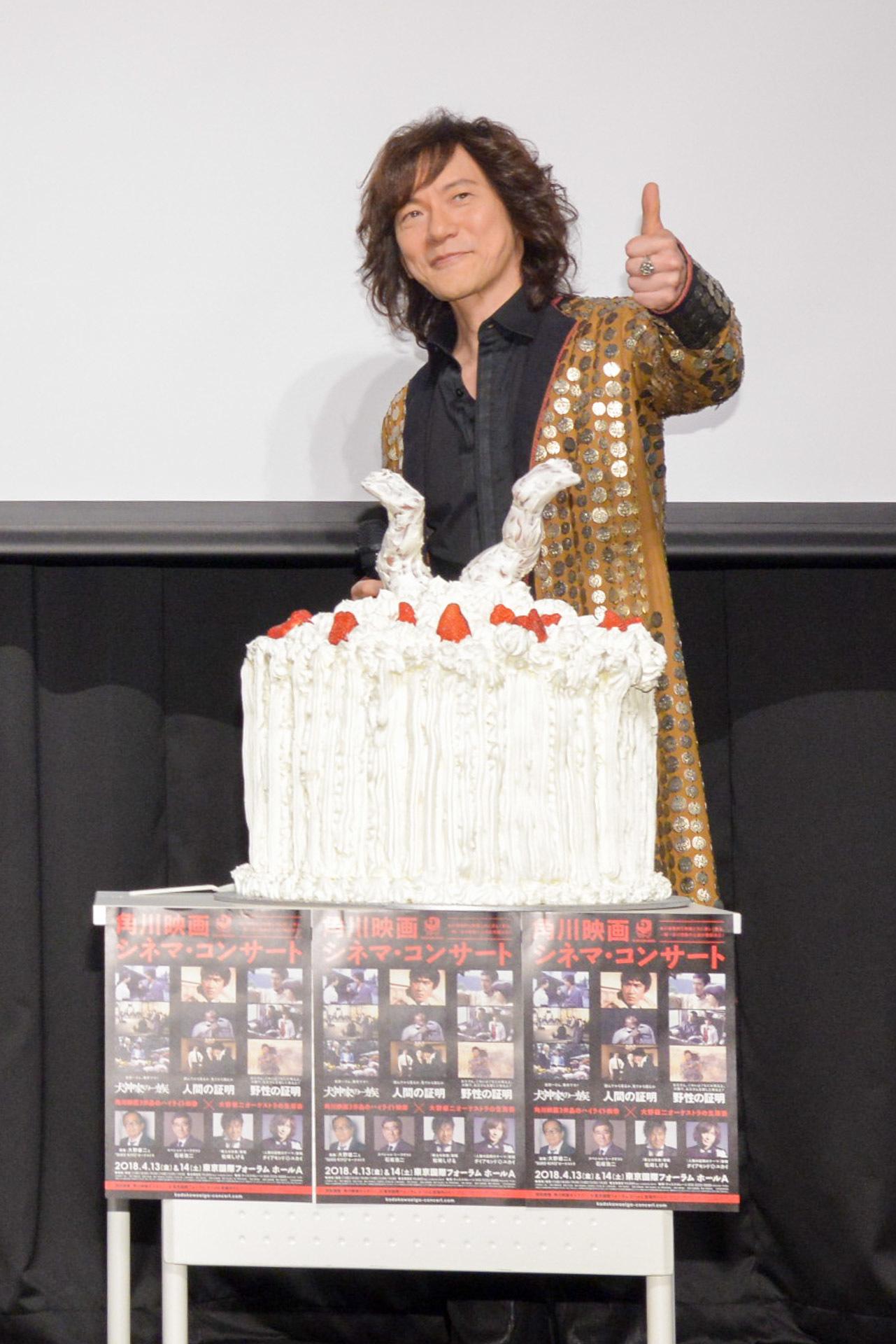 """ダイアモンド☆ユカイと""""犬神""""バースデーケーキ ※ダイアモンド☆ユカイの名前の☆は、六芒星が正式表記。 写真:木場 ヨシヒト"""