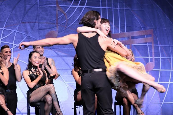 男性ダンサーが紫吹淳をリフト!お姫様みたいですね!