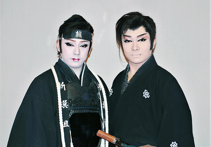 舞踊ショーで大好きな坂本竜馬に扮した海斗座長(右)と近藤勇を演じた雷三若座長(左)
