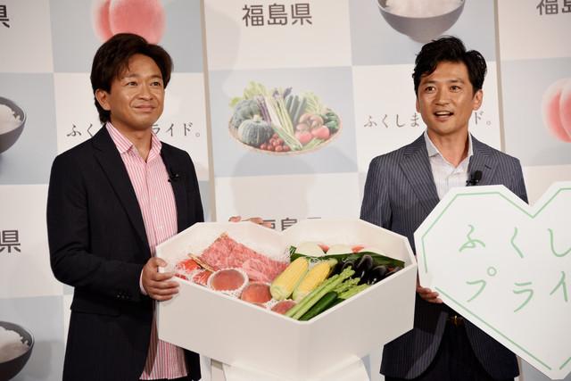 福島県の生産農家から農産物を贈られた城島茂(左)、国分太一(右)。