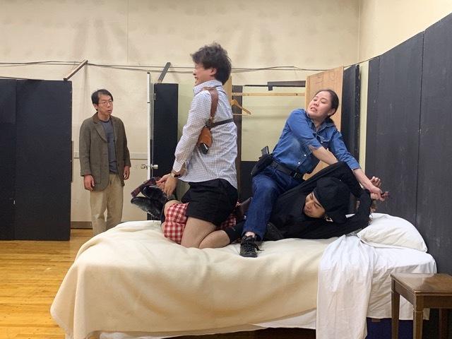 テアトル・エコー公演『バグ・ポリス』(ポール・スレイド・スミス作、永井寛孝演出)左より、根本泰彦、池田祐幸、渡邊くらら、瀬田俊介。