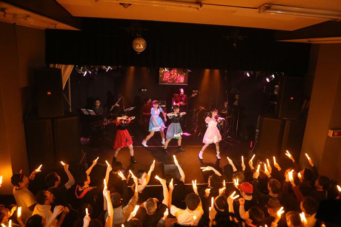 アンコールでUO(ウルトラオレンジ・ケミカルライト)を振る聴衆たち