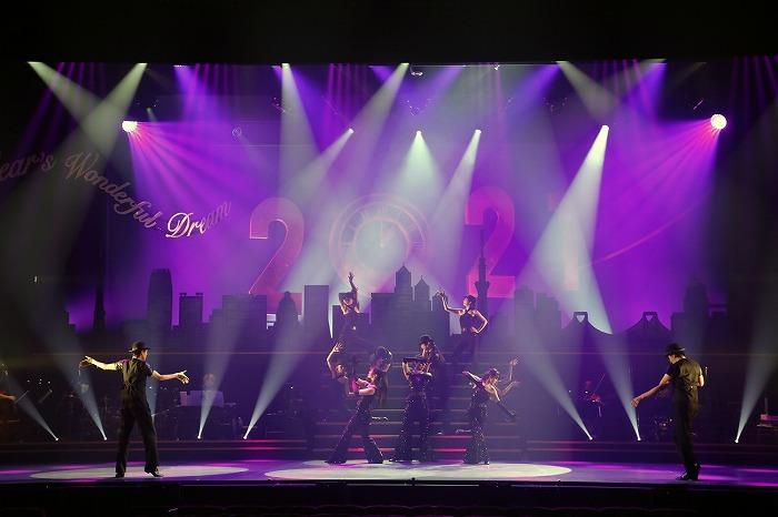 明治座2021年1月『NEW YEAR'S Dream』舞台写真(左から、新納慎也、咲妃みゆ、北翔海莉、平野綾、吉野圭吾、階段左から大野拓朗、渡辺大輔)