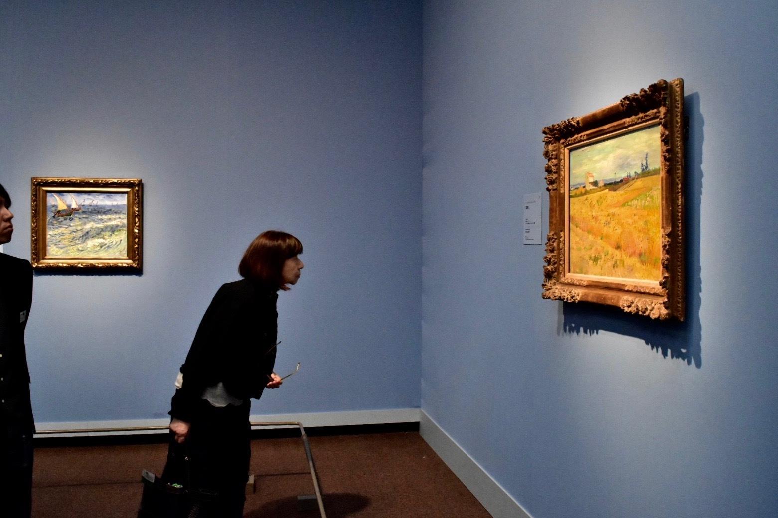 右:フィンセント・ファン・ゴッホ 麦畑 デ・ブール財団、アムステルダム 左奥:同作者 サント=マリーの海 プーシキン美術館