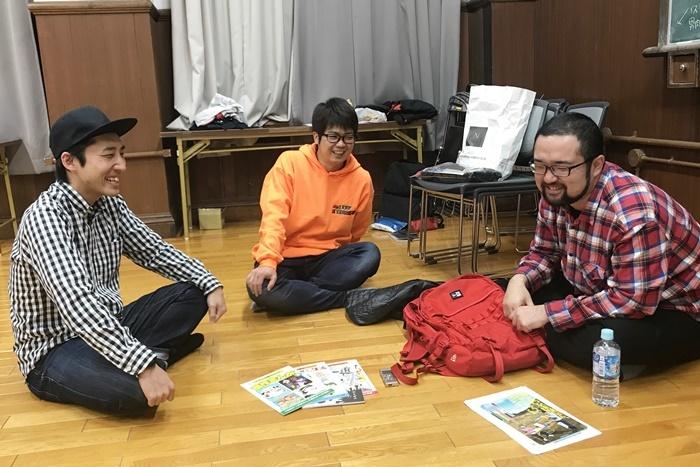 実際の「薄い本」を前にして語り合う男肉たち。 [撮影]吉永美和子