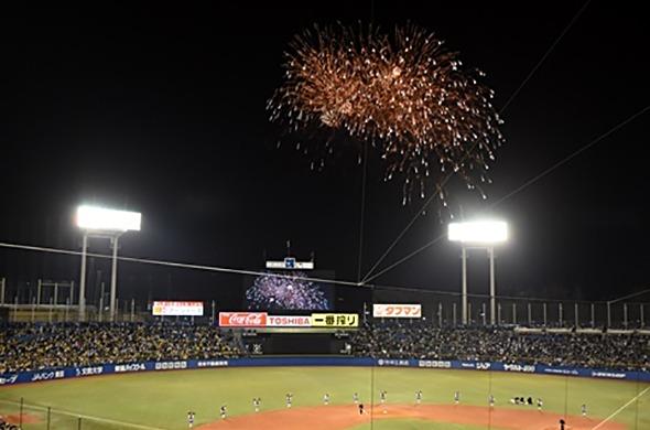 7月20日(金)、8月24日(金)は5回裏終了時に300発の花火が打ち上げられる