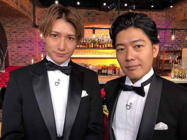 (左から)井深克彦、うしろシティ阿諏訪 (C)「夜な夜なBACHELOR飯」製作委員会