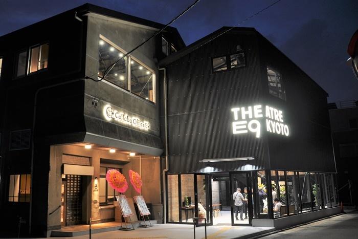 今年6月にオープンしたばかりの[THEATRE E9 KYOTO]夜の外観。 [撮影]吉永美和子