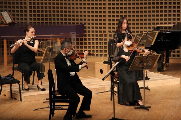 管楽器奏者の前には飛沫を防ぐアクリル板を設置  (C)H.isojima