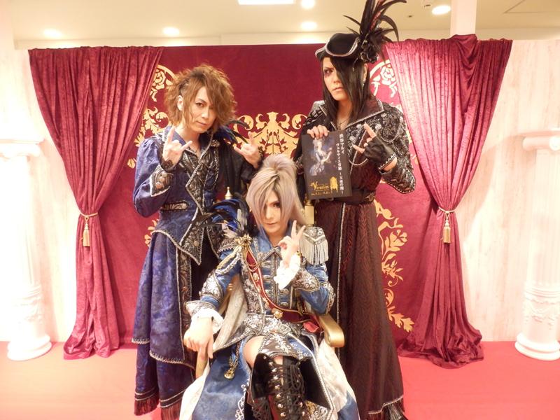 Versailles TERU(Gt)、MASASHI(Ba)、YUKI(Dr)