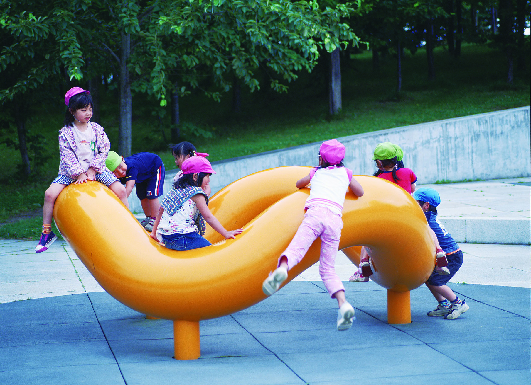イサム・ノグチ モエレ沼公園遊具広場 1982-1995年 写真提供:モエレ沼公園 撮影:並木博夫