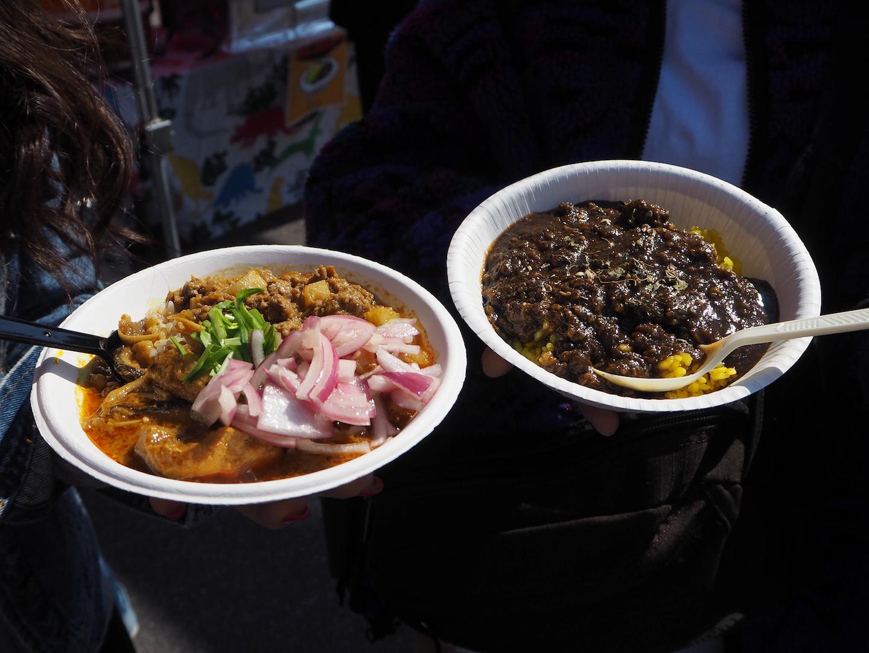 かれーちゃん家「新じゃがのキーマカレーとキノコとチキンのカレーの2種盛」(写真左)と谷口カレー「アサリのシーフードカレー」(写真右) 撮影=senda
