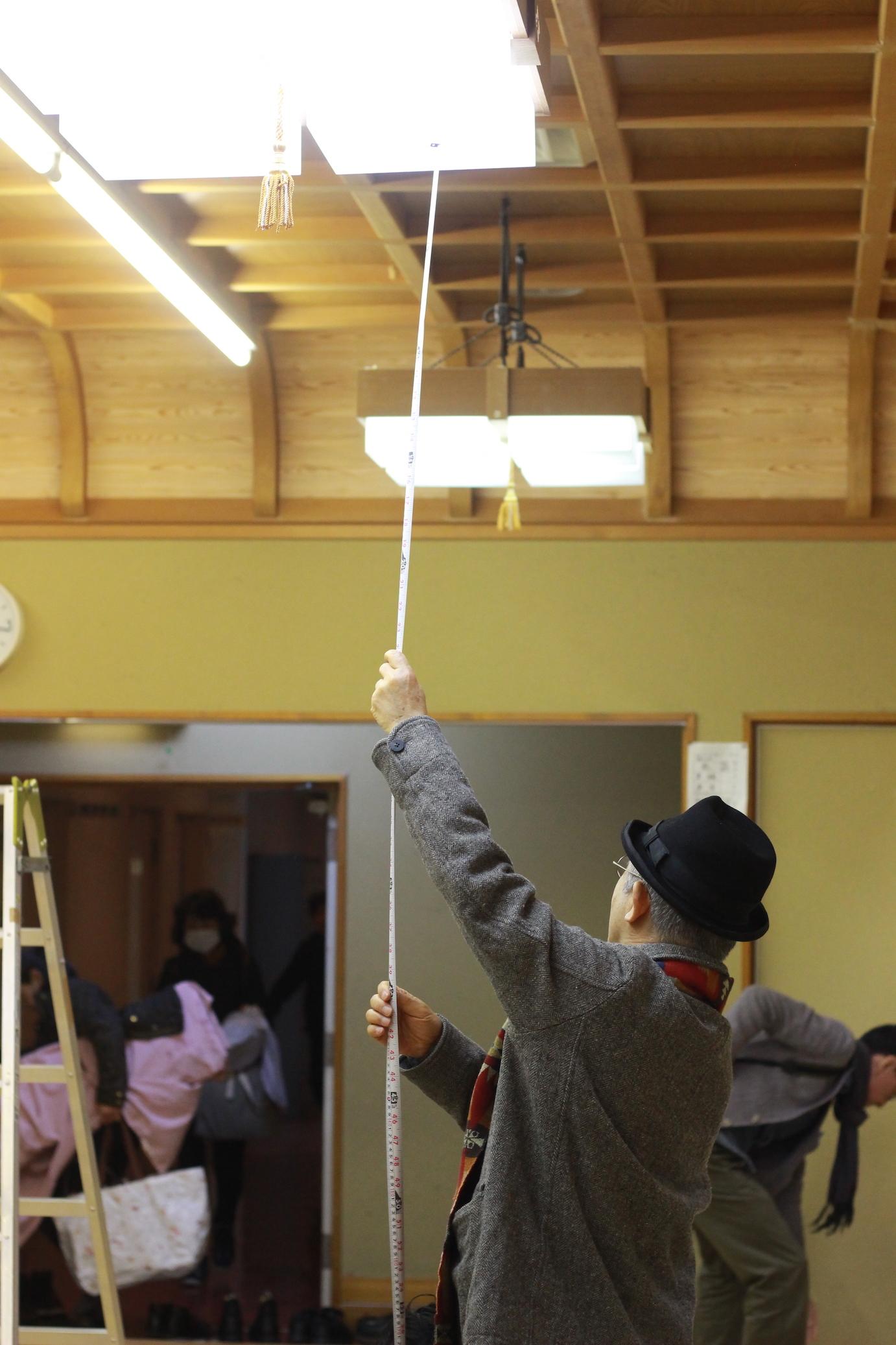 自ら会場の天井の高さを確認する串田