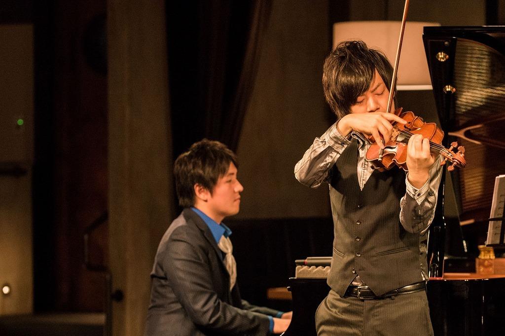 青木智哉(ピアノ)、伊勢久大(ヴァイオリン)from ザ・フレッシュメン 撮影=原地達浩