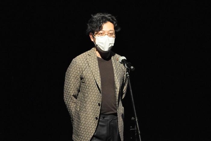 「京都学生演劇祭2020」で「E9賞」を受賞し、5日間の劇場無料使用権を獲得した「劇団FAX」代表で作・演出の玉井秀和。「四畳半に一人暮らしの青年と、言葉を持たない女の子が、押入れの中を旅するエンターテインメント作品です」。