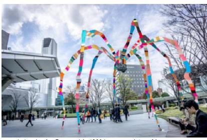 六本木ヒルズの蜘蛛オブジェがカラフルに変身! テキスタイルアーティスト、マグダ・セイエグのアジア初展示