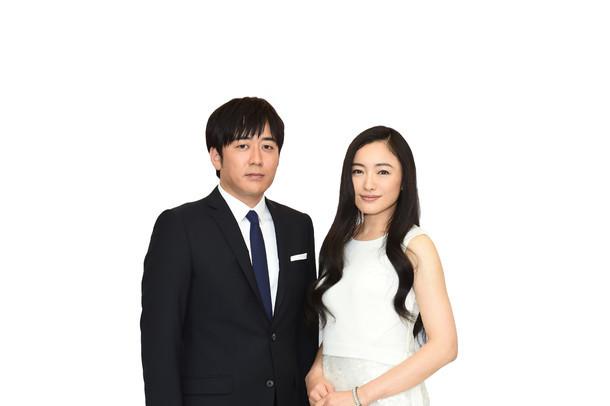 安住紳一郎アナウンサーと仲間由紀恵。(c)TBS