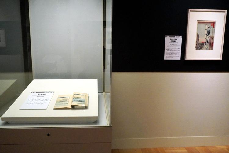 左:《富士見百図》1859年、 右:《名所江戸百景 市中繁栄七夕祭》1857年 いずれも歌川広重 画 東京都江戸東京博物館蔵