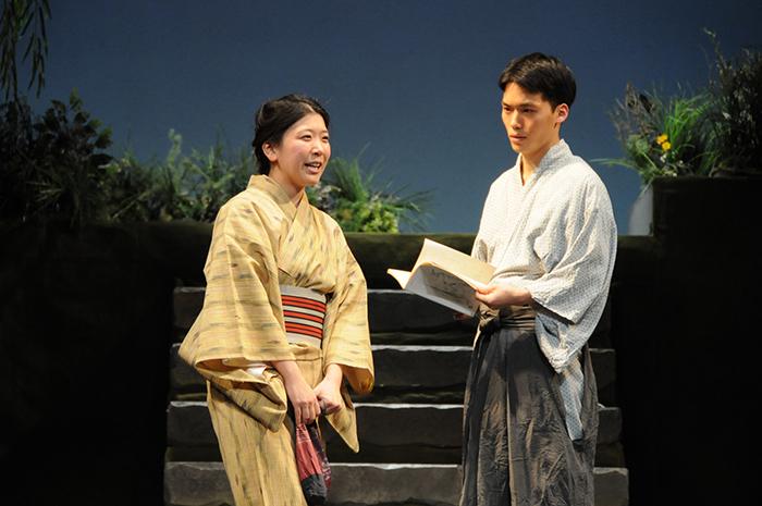 民藝公演『正造の石』左から、森田咲子、大中耀洋。 撮影/稲谷善太