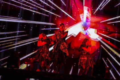 BABYMETAL、3rdアルバムをひっさげアメリカ初のアリーナ公演を開催 メタルの銀河の世界観を見事に作り上げる