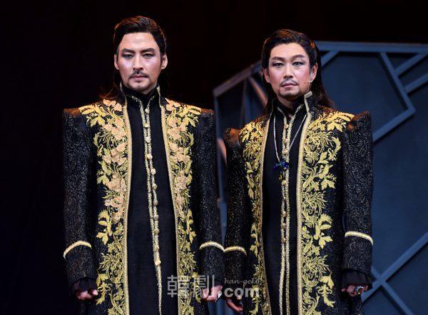 コロレド大司教役のキム・ジュンヒョンとミン・ヨンギ