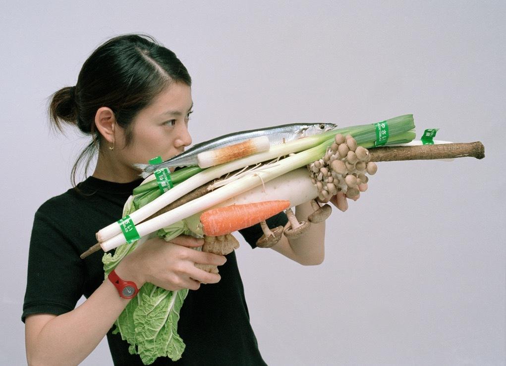 ベジタブル・ウェポン—さんまのつみれ鍋/東京  2001年  タイプCプリント  113×156cm  オオタファインアーツ、東京