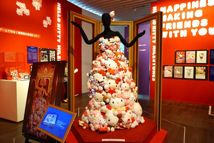 """レディー・ガガが着用した、""""ハローキティのドレス""""の再現展示。  (C) 2021 SANRIO CO., LTD. APPROVAL NO. SP610376"""
