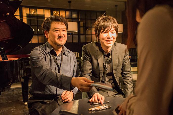 サイン会の様子 (左から)平野公崇・田中拓也 (撮影=原地達浩)