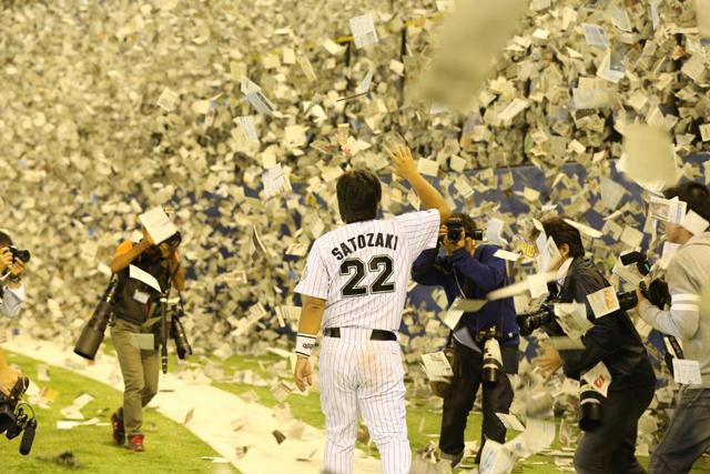 引退セレモニーにて使用する紙吹雪を、応援団と連携し作製 ※写真は里崎智也選手引退時のもの