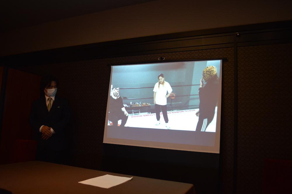 ジャガー横田から指導を受けるタイガー・クイーンの映像