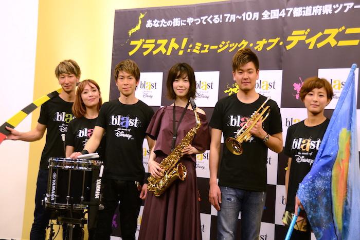 島崎遥香(中央)と『blast』のメンバーたち