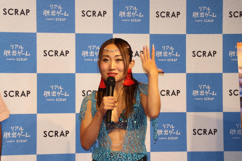 踊り子の衣装を着て登場したキンタロー。 (c)SHOCHIKU GEINOU