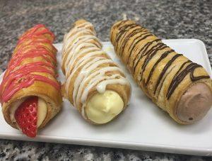 美園イチゴランドの朝摘みイチゴ、 チョコレート、バニラ風味と、 レッズカラー3つの味が楽しめる「3種のパイコルネ」