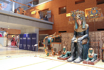衣裳などロフト(屋根裏部屋)の宝物を展示 新国立劇場オープンスペースに「初台アート・ロフト」誕生
